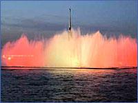 Плавучий фонтан в акватории Невы вблизи ансамбля стрелки Васильевского острова