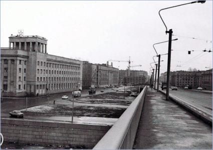 На мосту Александра Невского, «Военные курсы», 1987 г. Фото: www.pastvu.com