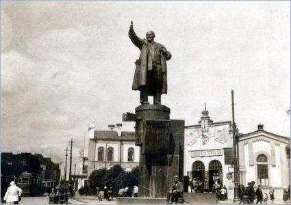 Памятник В.И. Ленину на площади Ленина. Фото: www.pastvu.com