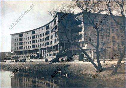 Первый жилой дом Ленсовета (наб. Карповки, д,13). 1930-е. Фото: https://spbarchives.ru/architecture_2.3