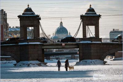 Люди на льду замерзшей реки Фонтанка у моста Ломоносова. © РИА «Новости» / Алексей Даничев
